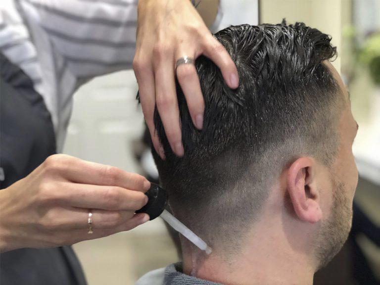 Herrenfriseur mit Kopfmassage